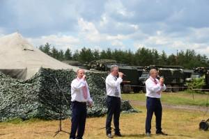 Чоловіче вокальне тріо на концерті на полігоні